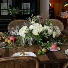 White with green touches floral decor for a tablescape in Marrakech   Florals: Le Kiosque à Fleurs Marrakech | Catherine Villier Photography: Virginie Faucher Photographie Caterine: Amandine Marrakech Venue: Magasin Général Marrakech