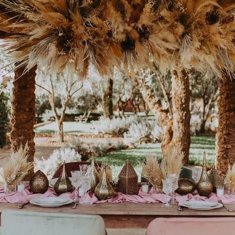 Dried floral table decor for an outdoor event in the Atlas Mountains near Marrakech.    Workshop by Maev Weddings  Artistic director Safae Elhakym  Venue Kasbah Bab Ourika Floral decor Le Kiosque à Fleurs Marrakech | Catherine Villier