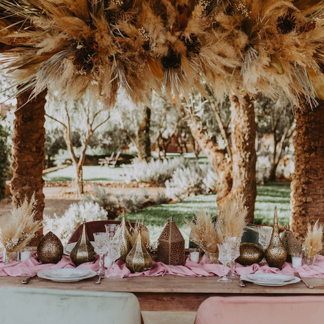 Dried floral table decor for an outdoor event in the Atlas Mountains near Marrakech.    Workshop by Maev Weddings  Artistic director Safae Elhakym  Venue Kasbah Bab Ourika Floral decor Le Kiosque à Fleurs Marrakech | Catherine Villier