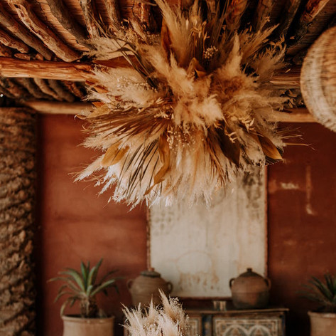 Pampas hanging installation with dried floral table decor.   Workshop by Maev Weddings  Artistic director Safae Elhakym  Venue Kasbah Bab Ourika Floral decor Le Kiosque à Fleurs Marrakech | Catherine Villier
