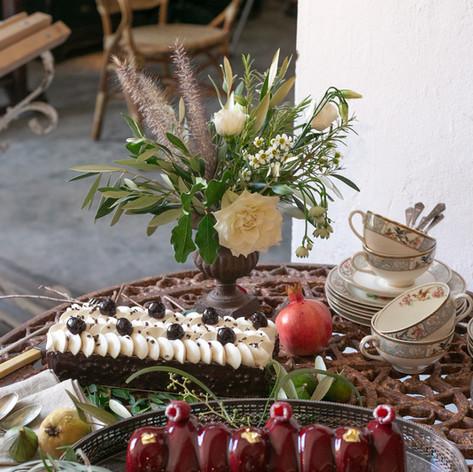 Composition blanche et verte pour le décor d'une boutique à Marrakech   Photographe: Virginie Faucher Fleurs: Le Kiosque à Fleurs Marrakech | Catherine Villier Gateaux: Amandine Marrakech Venue: Magasin Général Marrakech