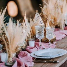 Pampas hanging installation with dried floral table decor.   Workshop by Maev Weddings  Artistic director Safae Elhakym  Venue Kasbah Bab Ourika Floral decor Le Kiosque à Fleurs Marrakech | Catherine Villier