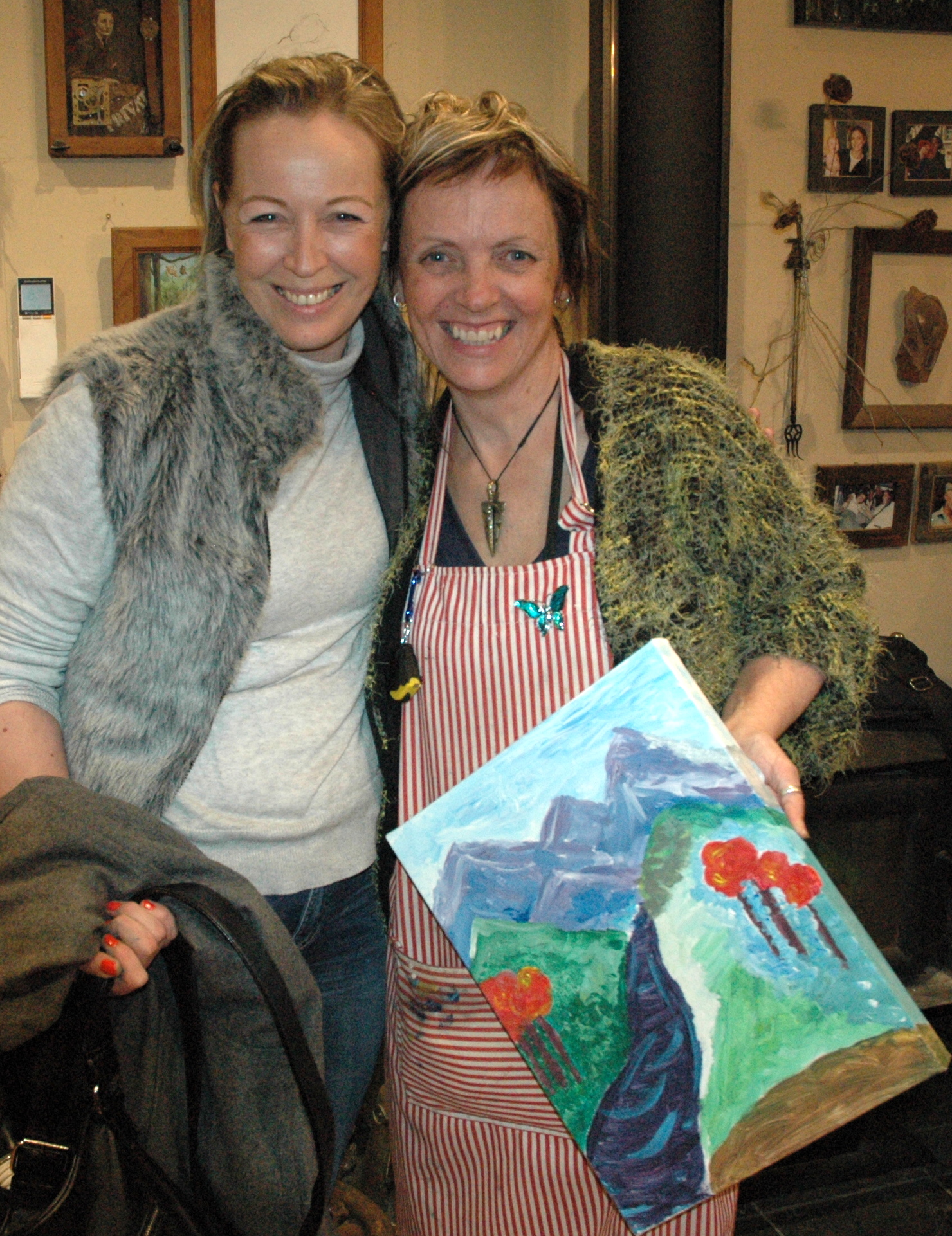 AAP 1901 - Di & Fiona B with her paintin