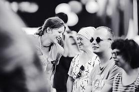 Bénévole et personne en situation de handicap rigolent Unisound
