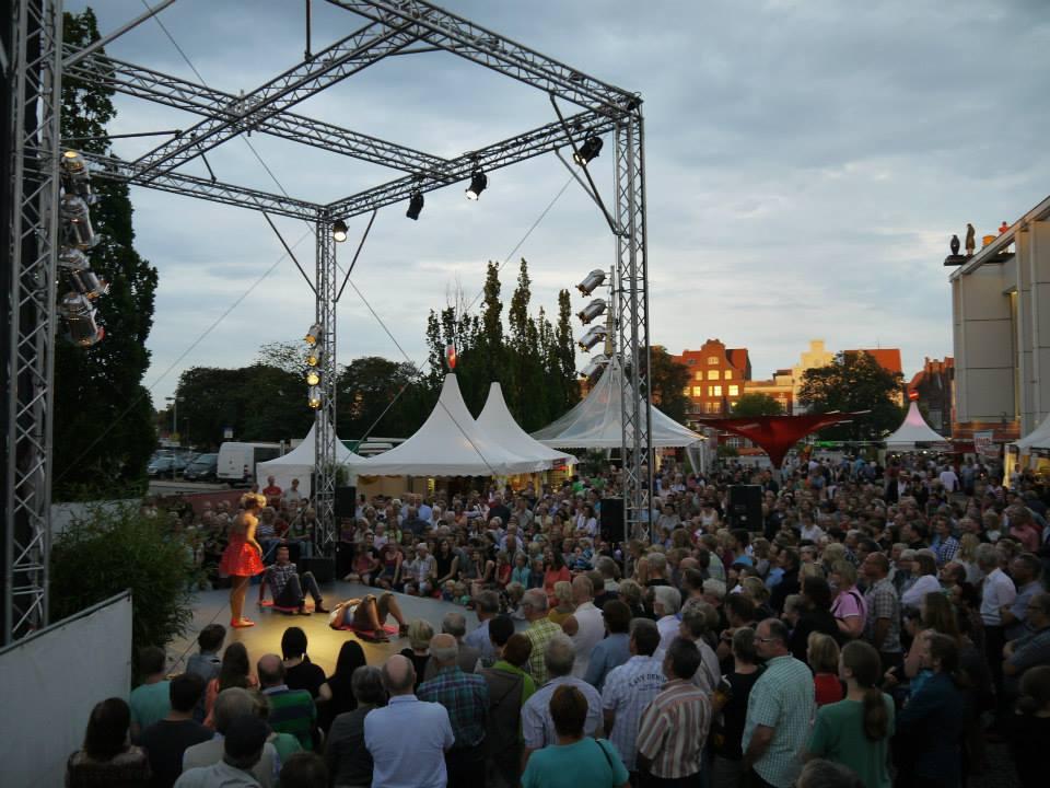 Kiki-Lubeck-with-crowd