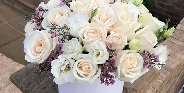 Hat box with white roses