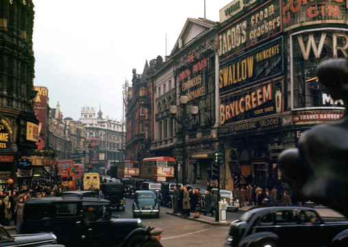 The lyrics and music of Tsvey Brider portray modern lives in cosmopolitan spaces with a significant nod to the urban sophistication of the early sixties international jet set. This image, of London in that period, represents an image of a space that could potentially represent many things for Tsvey Brider: the place and time where a song is set or the catalyst for the internal thoughts of someone in this particular time and space, as expressed in song.