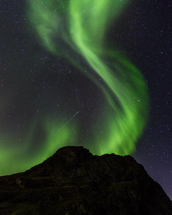 aurora behind Uttakleiv peak