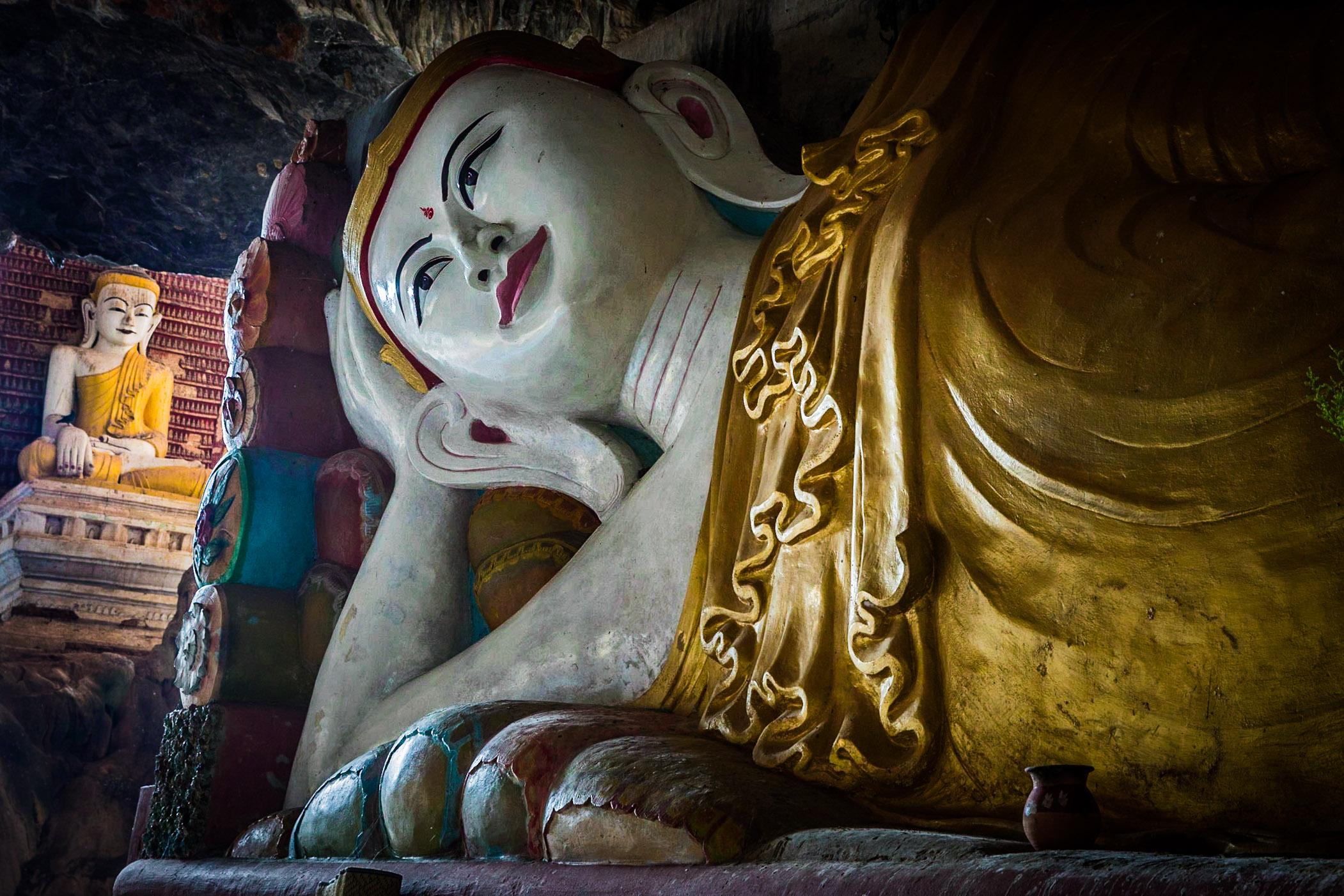 Kaw Gon Cave Buddha statues