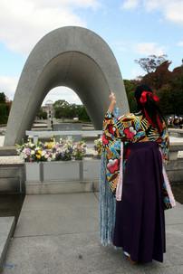 皆の思い願いを折鶴に込めて     広島平和記念公園に捧げます