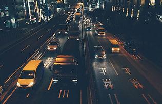 밤에 도시의 교통