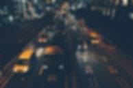 Tráfico de ciudad en la noche