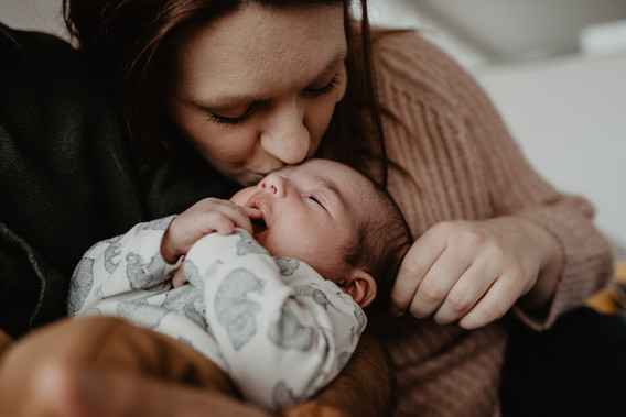 Lifestyle newborn gezinsshoot thuis spon