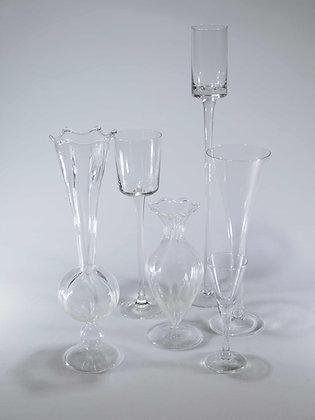 Unterschiedliche Glas- und Keramik-Vasen