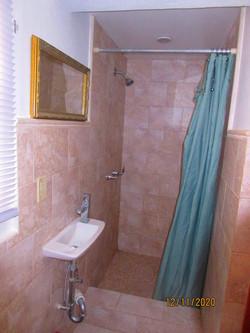 WAR111 bathroom (2)
