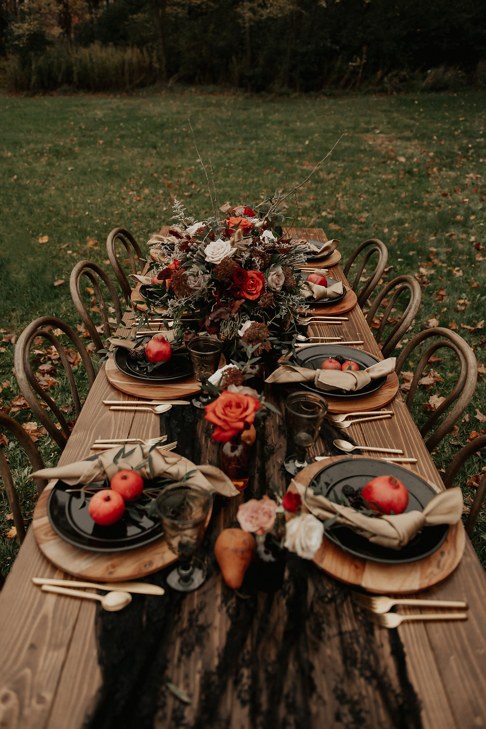 Moody wedding tablescape inspiration: Dark & Romantic Wedding Inspiration featured on Pretty Little Vintage Co.