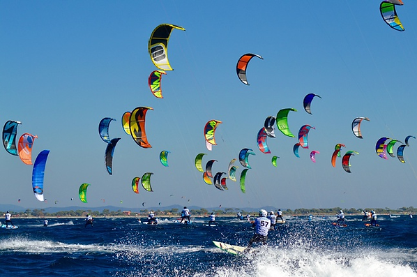 image of many kitesurfers who avoid collision