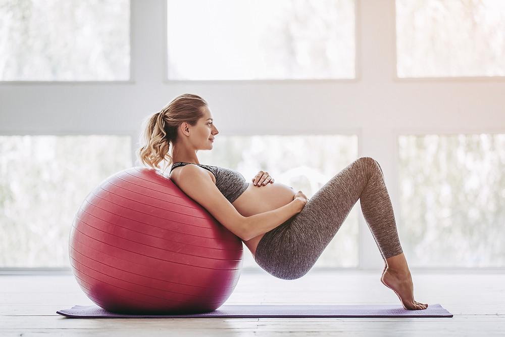 mulher grávida fazendo pilates