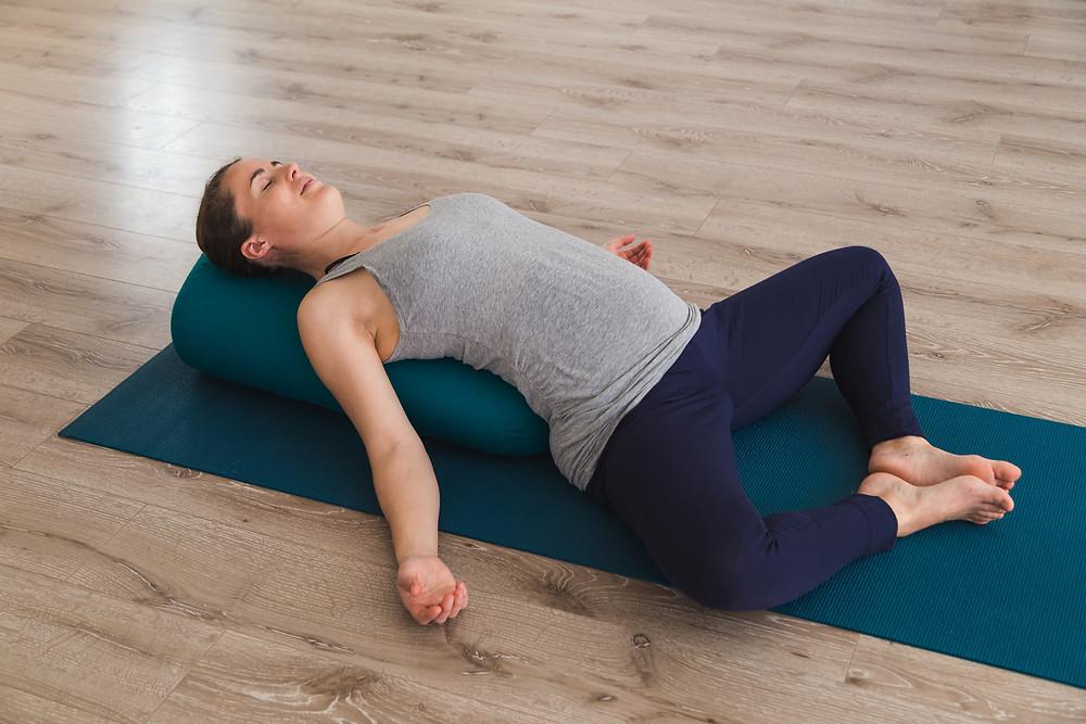 mulher grávida deitada fazendo alongamento