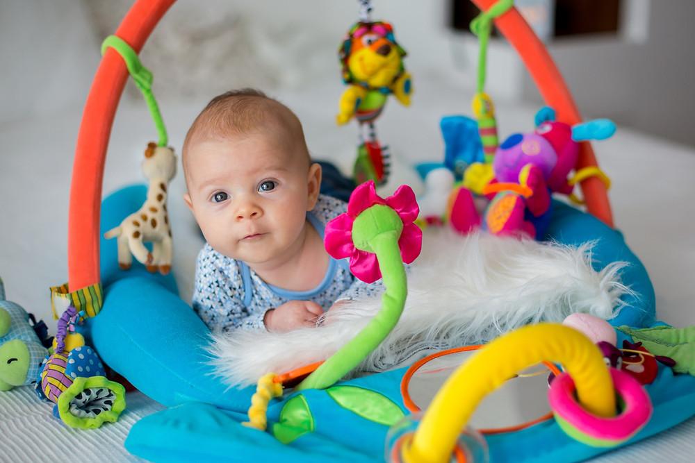Bebê com brinquedos