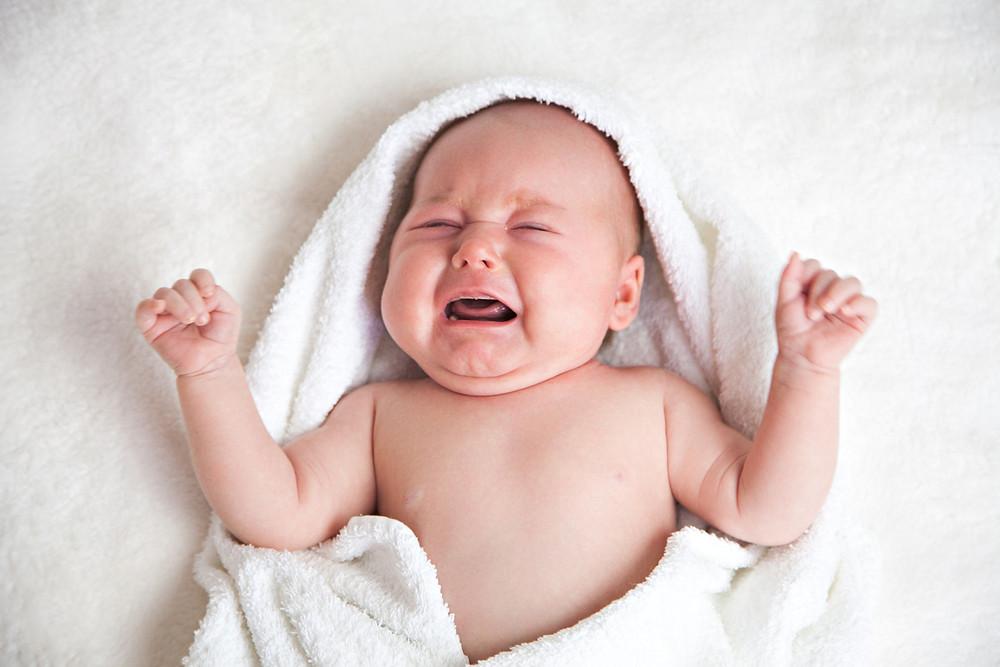 bebê deitado chorando
