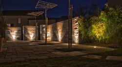 Recyclingmauer und Gartenbeleuchtung