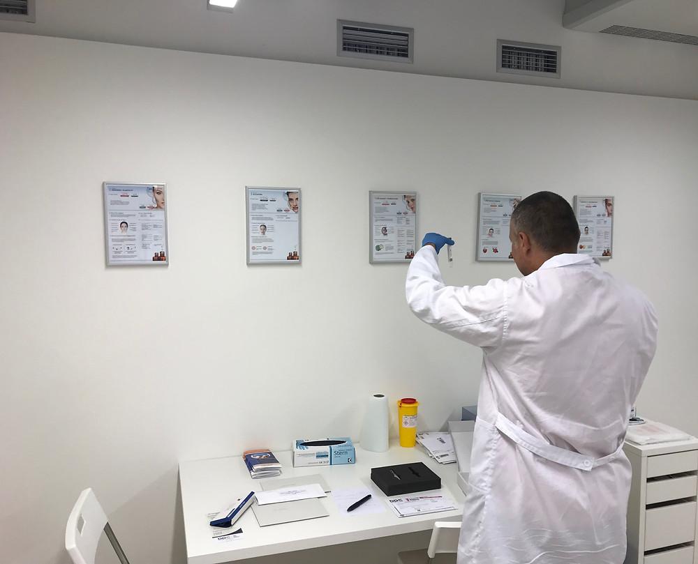 Laborant v odběrovém centru DDC v Praze