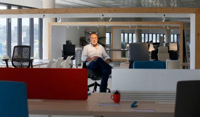 El presidente y fundador de Actiu, Vicent Berbegal, en la sede central de la compañía en el municipio de Castalla. MANUEL LORENZO