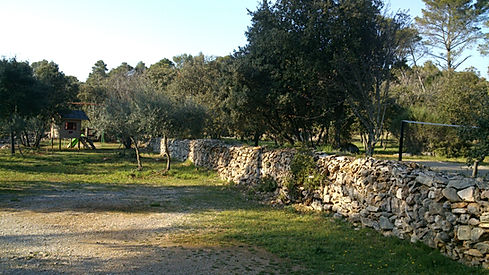 Cabane au fond et terrain de badminton