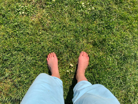 Have you heard of Earthing? Improve your wellbeing by standing barefoot in nature!