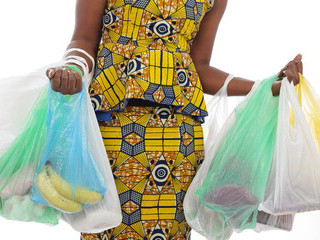 A mother's use of plastic water pouches (Cameroon)