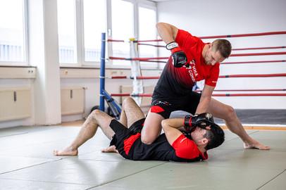 Schule für MMA, Thai- & Kickboxen, Wing Combat, BJJ, Wing Weapon und Yoga & Fitnesskurse