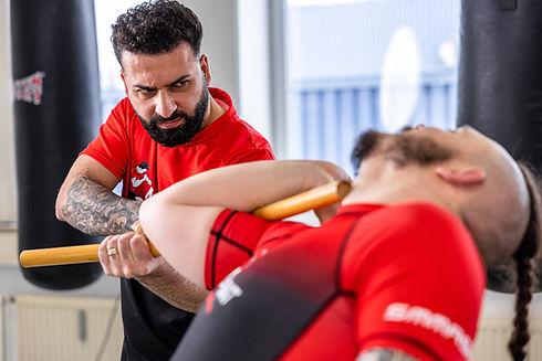 Männer trainieren MMA, Thai- & Kickboxen, Wing Combat, BJJ, Wing Weapon und Yoga & Fitnesskurse
