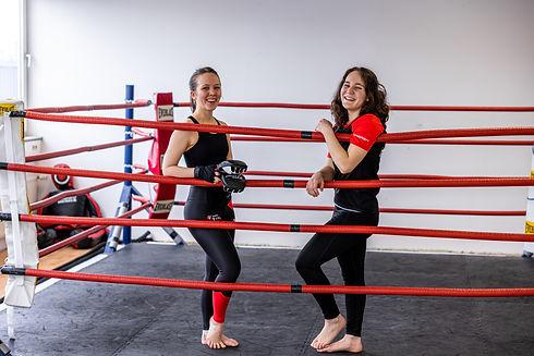 Frauen trainieren im Ring MMA, Thai- & Kickboxen, Wing Combat, BJJ, Wing Weapon und Yoga & Fitnesskurse