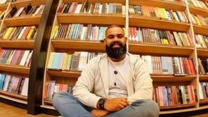 Jovem viaja o país distribuindo livros para escolas e bibliotecas