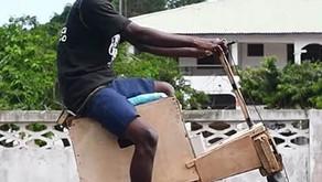 Jovem de Gana cria moto de madeira movida à energia solar