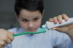 boy-putting-toothpaste-on-toothbrush_edi