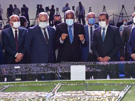 """وزير الإسكان وهشام طلعت مصطفى يضعان حجر الأساس لمدينة """"نور"""" أمام العاصمة الإدارية."""