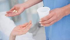 Donner les médicaments aux personnes âgées