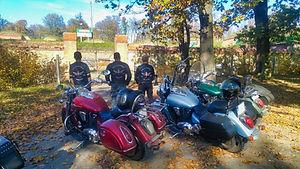 motocykliści przed bramą.jpg