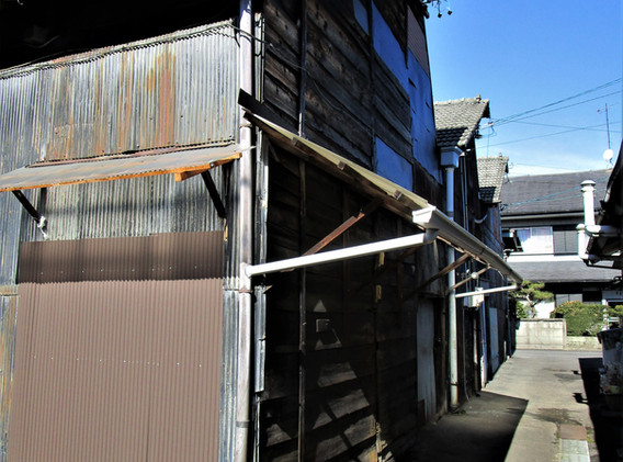 倉庫N号室の東壁面(入口面)及び南面へのビュー