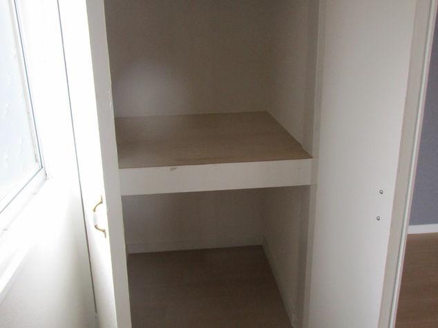西側角の洋室の両開きドアの押入の内部写真