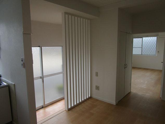 LDKより、玄関・東側洋室へのビュー