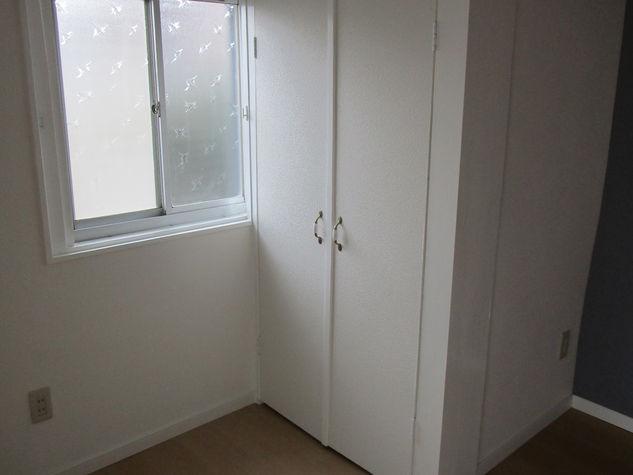 西側洋室の南側角の押入