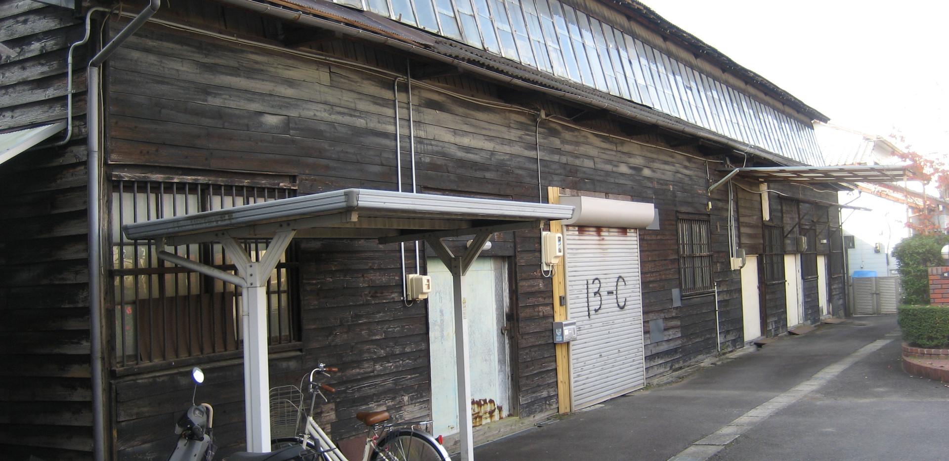 倉庫E号室を含む建物です。