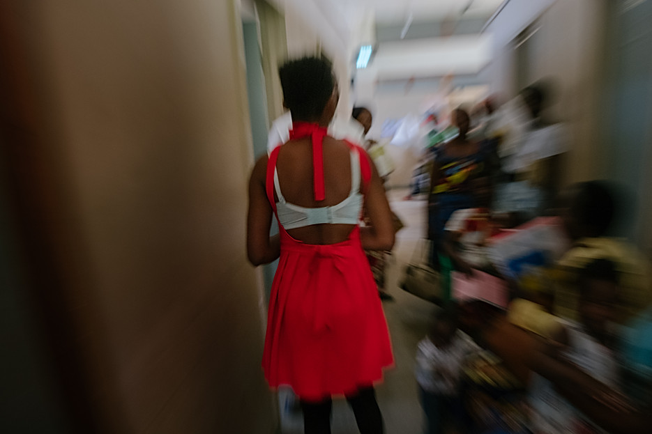 A sex worker walks into the waiting area of the MSF-run 'one-stop' clinic at Mwanza district hospital  - 'One-stop' clinics In Mwanza, Dedza, Zalewa, MSF has a 'one-stop' clinic within a Ministry of Health facility with a trained MSF clinician, while in Nsanje, MSF and Ministry of Health staff work together to provide regular 'one-stop' clinics on specific days at different sites, either in a rented room in the community, close to where sex workers live and work, or in healthy ministry facilities (hospitals, clinics).  The 'one stop' clinics allow for discrete care and take full advantage of the single visit to offer a comprehensive package of health services during one consultation, including HIV testing, counselling and initiation, ART refills and viral load monitoring, TB screening and referral, STI testing and treatment, family planning, cervical cancer screening and referrals, and care for victims of sexual or gender-based violence. In Nsanje, separate clinics for adults and adolescents are run during the week which enables a tailored approach according to age and need. All MSF staff, both clinical and non-clinical are trained to understand the vulnerabilities and needs of sex workers and how best to connect and build trust ensuring confidentiality by providing sex worker 'friendly' services on a regular basis.