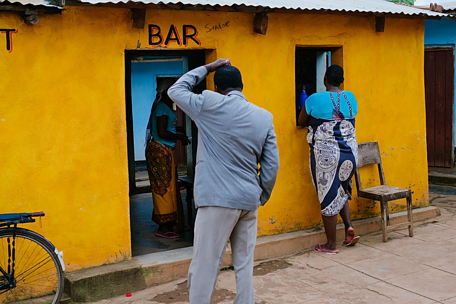 A bar in Dedza, close to the border of Mozambique. Nearby are rented rooms used for entertaining clients which belong to the bar owner. Sex workers live in communities close to the border area, meeting seasonal workers and truck drivers as they arrive or visit the area's local bars. - In Malawi, where poverty and unemployment remain high, many women turn to sex work – offering sexual services in exchange for payment of some sort - to support themselves and their families. Sex workers find themselves in high demand throughout night spots and drinking venues in cities of trade and along the busy trade and transport hubs, where truck drivers pass through.  In Mwanza, Zalewa and Dedza, three towns in western Malawi known as transport hubs, the presence of truck drivers, seasonal and industrial workers attracts a lot of sex workers who openly offer their services in hotspots and drinking venues, and often live in accommodation next to bars in exchange for providing services. In Nsanje, a more rural district in the south and one of the country's poorest where men travel for seasonal jobs in sugar plantations, many women operate more secretly through informal networks and who often live with husbands and families. Since 2014, MSF has been developing ways to reach sex workers and MSM (men who have sex with men) along main transport routes or busy centres of trade between Mozambique and Malawi through its 'key populations' projects. In Malawi, the project focuses only on female sex workers, and is located over four sites (across Mwanza, Dedza, Nsanje districts and Zalewa in Neno district ) and targeted towards female sex workers who each exist somewhere along the fluid continuum between 'transactional' and 'commercial' sex work. By the end of 2018, of the 5171 sex workers ever enrolled in the Malawi program, 1797 female sex workers were actively attending sessions and clinic visits at the four sites combined. Of the 5171 sex workers enrolled, out of 5021 tested, 2527 sex workers were HIV positive (50%) of which 1811 (72%) were enrolled onto the national ART program, while 863 (48%) were 'active' (seen within the last nine months) and 494/579 of the total were virally suppressed (85%).