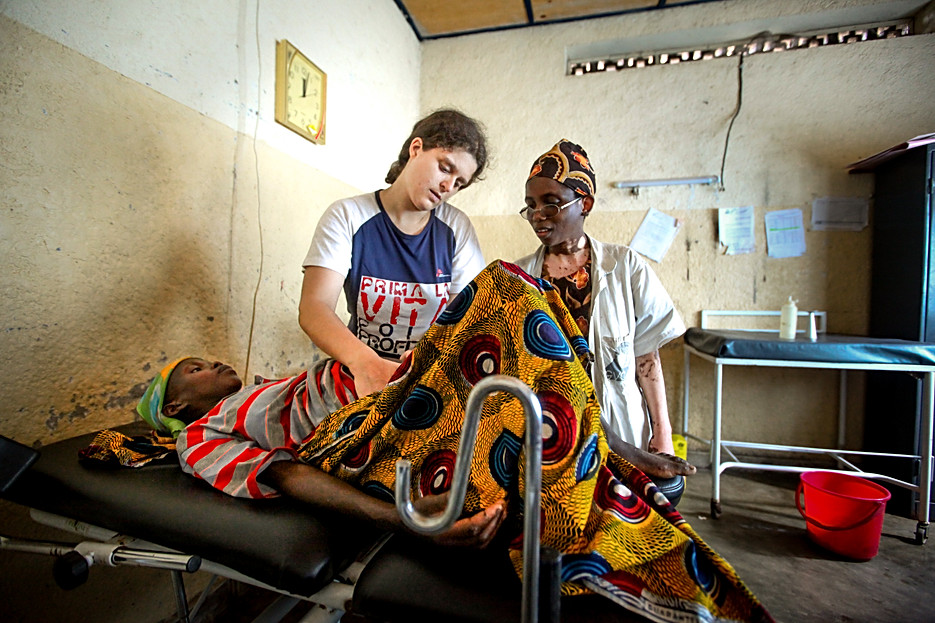 Ann Van Haver, MSF midwife and colleague during a consultation in one of the health centres MSF supports in Burundi.