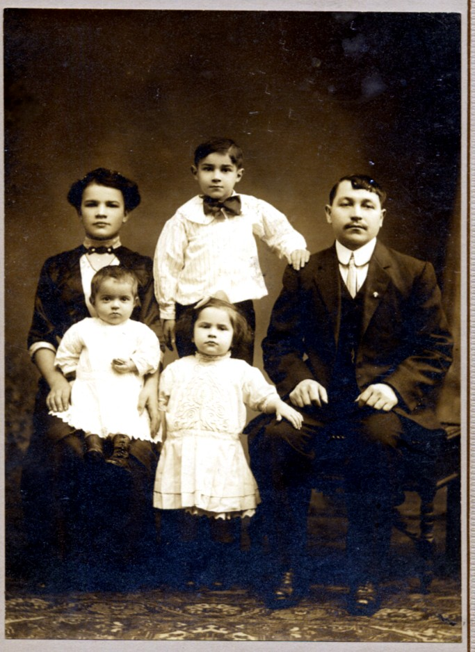 Mary and Jan Siarkowicz, children Joe, Millie, Edward