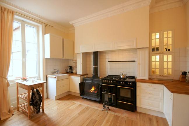 Woonkeuken met open haard en fornuis met 5 kookpitten, 2 ovens en grill